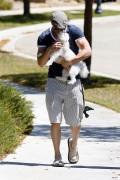 More pics of kellan Lutz walking a dog 96eaea91599723
